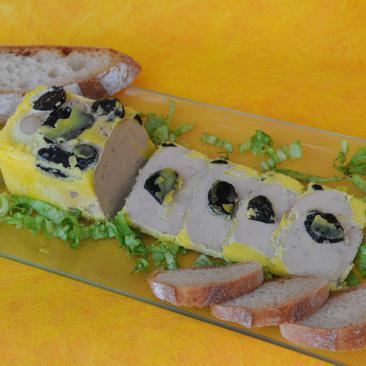 Photo représentant une assiette de foie gras d'oie entier truffé