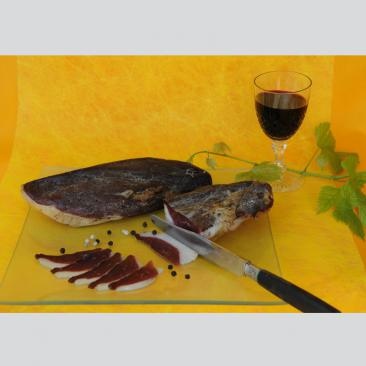 Photo représentant une assiette de magret d'oie fumé